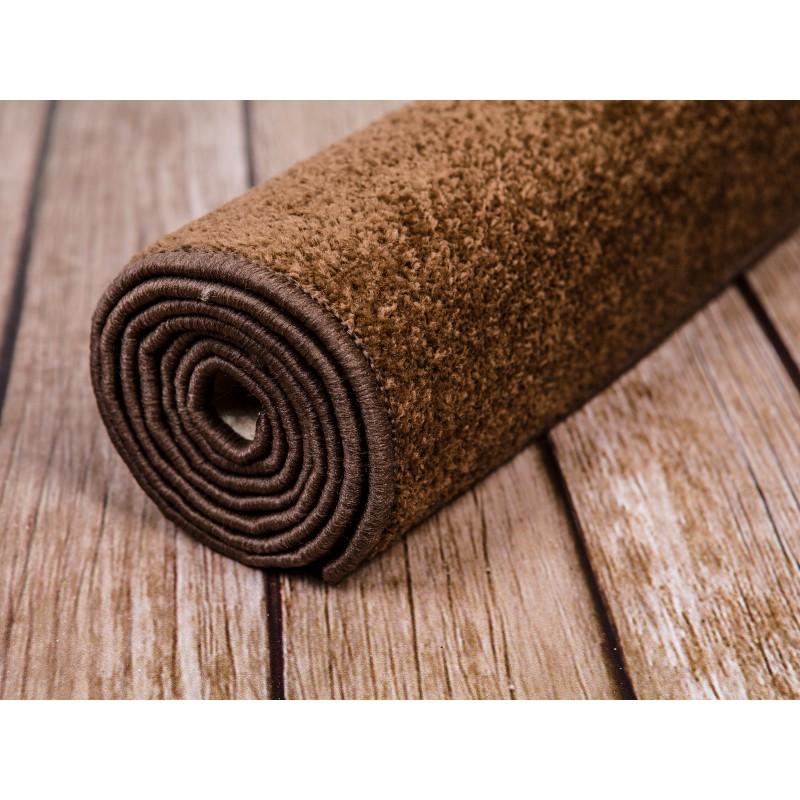 Brązowy dywan do szkoły